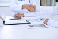 Доктора тряся руки друг к другу заканчивая вверх медицинскую встречу Стоковое фото RF