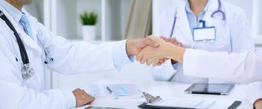 Доктора тряся руки друг к другу заканчивая вверх медицинскую встречу стоковые фотографии rf