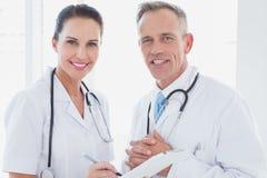 Доктора усмехаясь и работая совместно Стоковые Изображения