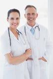 Доктора усмехаясь и работая совместно Стоковая Фотография RF