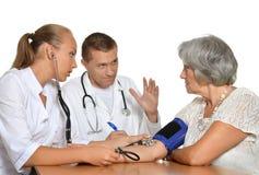 Доктора человека и женщины с пациентом Стоковое Изображение RF