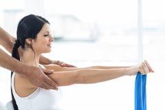 Доктор давая физиотерапию к беременной женщине стоковое изображение