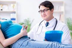 Доктор беременной женщины посещая в медицинской концепции Стоковая Фотография RF