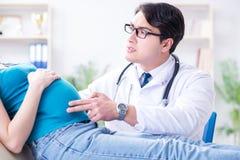 Доктор беременной женщины посещая в медицинской концепции Стоковые Изображения