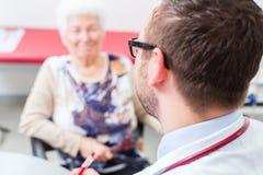 Доктор видя старшего пациента на практике Стоковое фото RF