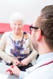 Доктор видя старшего пациента на практике Стоковая Фотография RF