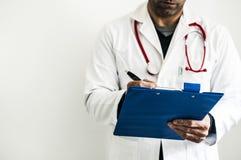 Доктор во время медицинского осмотра Стоковые Изображения