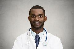 Доктор выстрела в голову счастливый усмехаясь мужской стоковое фото rf