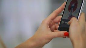 Доктор в зубоврачебной клинике фотографирует пациент на smartphone акции видеоматериалы