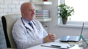 Доктор в кивке шкафа больницы слушает и одобряет терпеливый разговор акции видеоматериалы