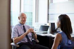 Доктор в консультации c женским пациентом в офисе Стоковые Изображения RF