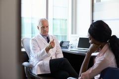 Доктор в консультации c подавленным женским пациентом Стоковые Фотографии RF