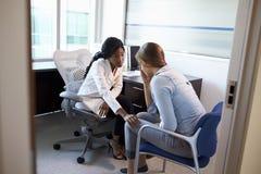 Доктор в консультации c подавленным женским пациентом Стоковые Фото