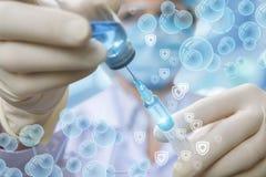 Доктор в медицинской маске принимает некоторые лекарства или вакцину в шприце стоковые фото