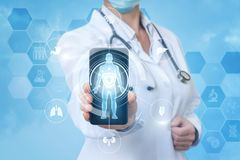 Доктор в мобильном телефоне app стоковое фото rf