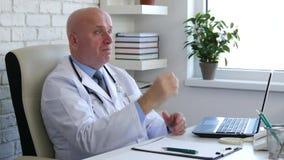 Доктор в шкафе больницы слушает пациент и одобряет со знаком руки ок акции видеоматериалы