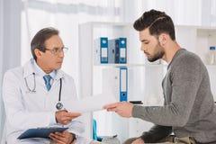 доктор давая документы к стоковые изображения rf