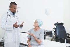 Доктор дает женщине пилюльку Женщина проходит реабилитацию после лечения рака Стоковые Изображения RF
