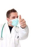 Доктор делая одобренный жест стоковое изображение rf