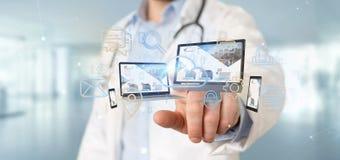 Доктор держащ приборы соединенные с переводом сети 3d мультимедиа облака стоковое изображение rf