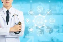 Доктор держа больницу стетоскопа интерфейс как медицинское concep Стоковое Фото
