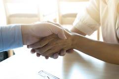 Доктор держа patient& x27; рука s, и успокаивать его мужской пациента h стоковое фото rf