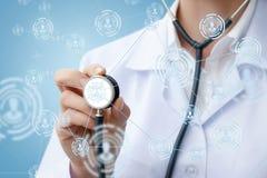 Доктор диагностирует пациентов на сети сеть Стоковое Изображение