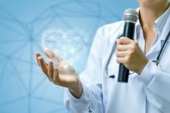 Доктор диктора показывает модель сердца Стоковые Фото