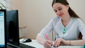 Доктор девушки пишет рецепт акции видеоматериалы