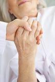 Доктор держа руку старшего пациента Стоковая Фотография RF