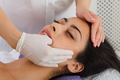 Доктор делает Intra устный массаж в центре здоровья курорта Стоковое фото RF
