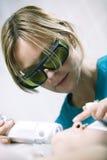 Доктор делая частичную обработку лазера кожи стоковые фотографии rf