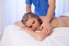 Доктор женщины делает задний массаж в курорте 1 стоковое фото