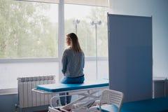 Доктор женщины ждать в больнице Стоковые Фото