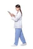 Доктор женщины используя ПК и гулять таблетки Стоковое фото RF