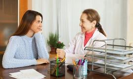 Доктор женщины и пациент подростка Стоковое Изображение