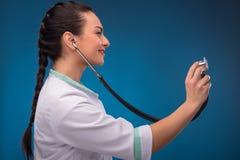Доктор женщины на голубой предпосылке Стоковое Изображение RF