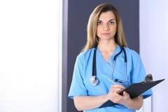 Доктор женщины на работе в офисе больницы Портрет женского врача Концепция медицины и здравоохранения Стоковые Фото