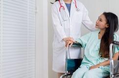 Доктор женщины рук успокаивая ее женский пациента в палате, докторе давая консультацию и поощрение терпеливому lookin стоковые изображения rf