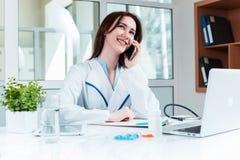 Доктор женщины сидя на таблице Стоковое фото RF