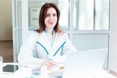 Доктор женщины сидя на таблице Стоковая Фотография RF