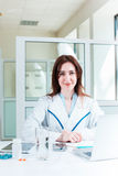 Доктор женщины сидя на таблице Стоковая Фотография
