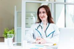Доктор женщины сидя на таблице Стоковое Изображение RF