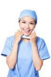 Доктор женщины счастливый принимающ маску Стоковая Фотография