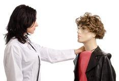 Доктор женщины с мыжским манекеном Стоковая Фотография RF