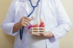 Доктор защищает дом с парами старой куклы семьи старшими он Стоковое фото RF