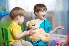 Доктор игры детей с игрушкой плюша Стоковая Фотография