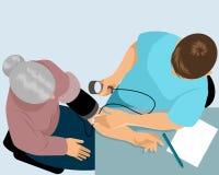 Доктор измеряет давление Стоковые Изображения