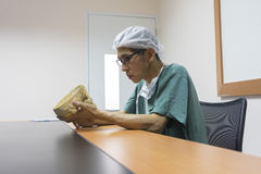Доктор изучает человеческую модель черепа библиотека Стоковая Фотография