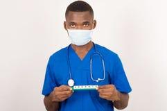 Доктор или аспирант держа доску с непредвиденной регистрацией стоковое изображение